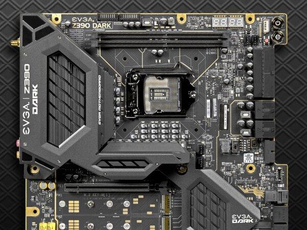 EVGA Z390 Dark : connecteurs horizontaux et socket pivoté à 90°